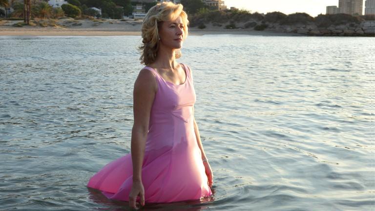 Merche (Ana Duato) y su baño en la playa de Cap Blanc durante un capítulo de Cuéntame.