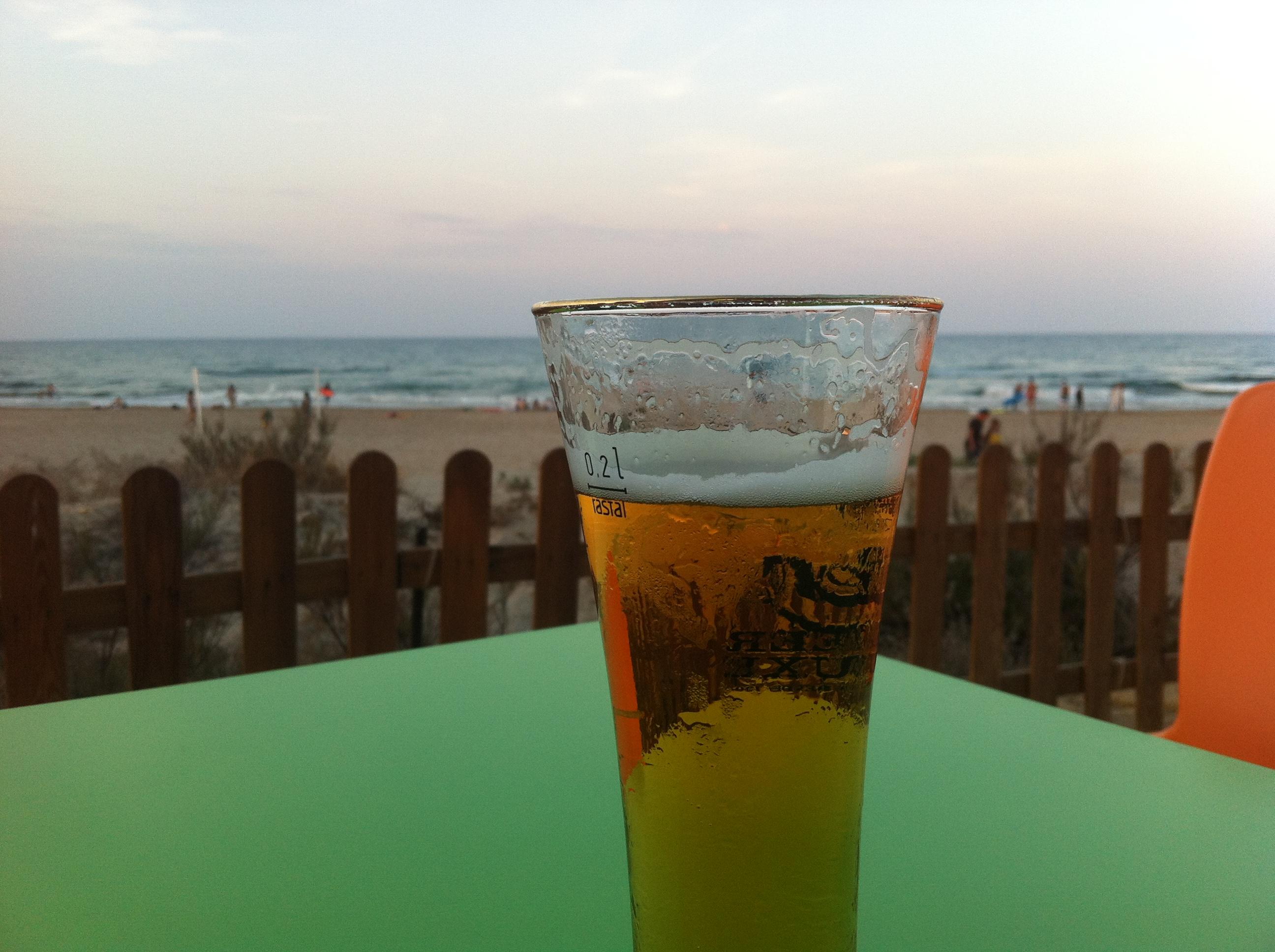 Cerveza en la playa del Dosel