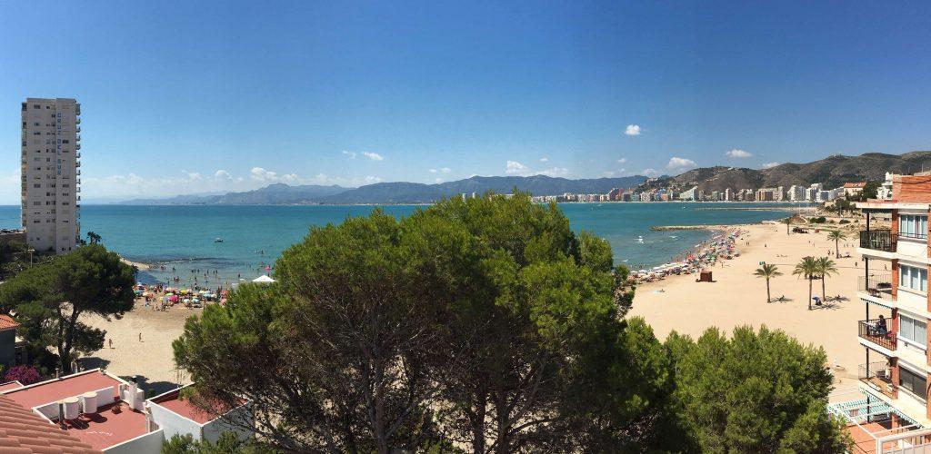 Vista de la playa de Los Olivos en un día de verano