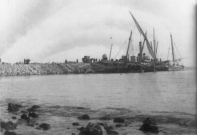 Barcos de vela y vapor en el Portet de Cullera.