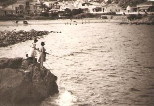 Mujeres pescando en la cala del Faro de Cullera.