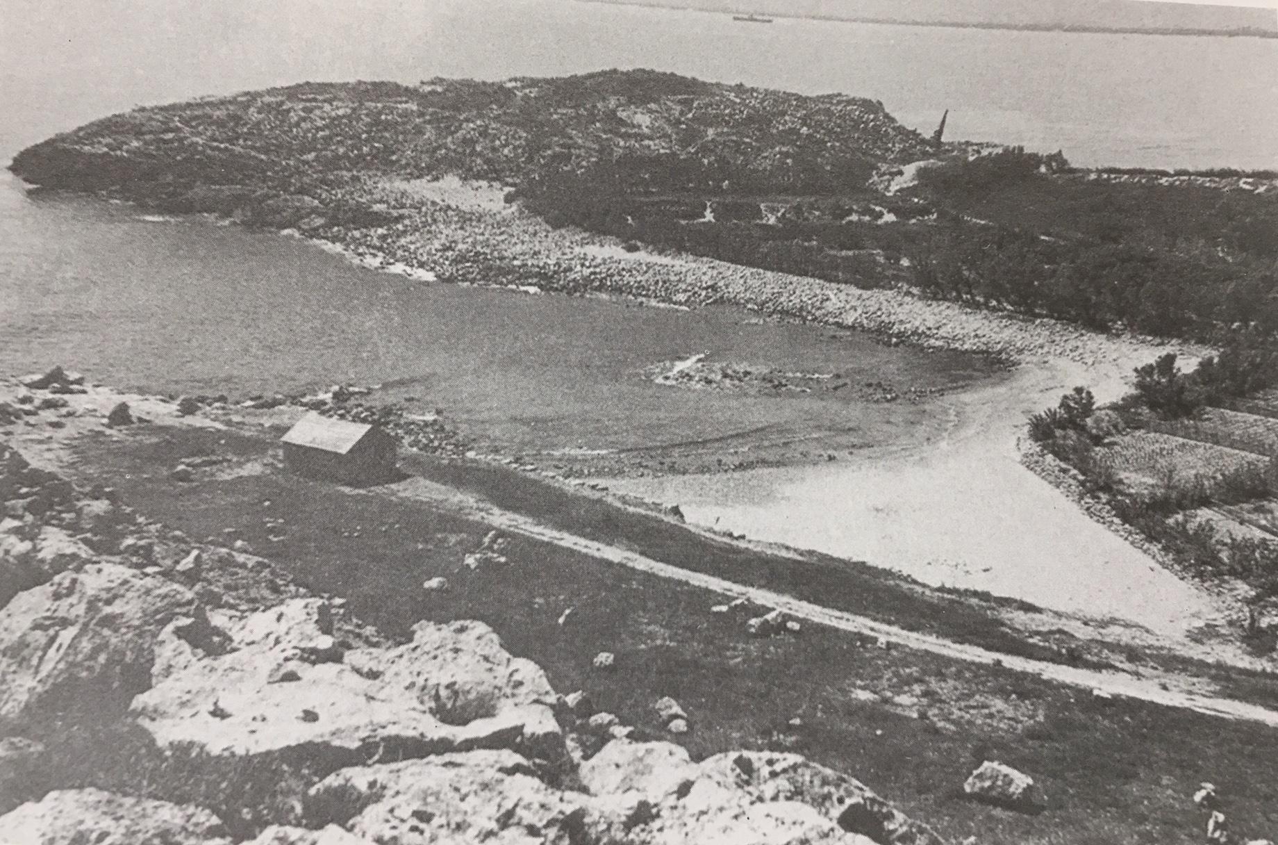 Fotografía antigua de la unión de la costa con la isla de los Pensamientos